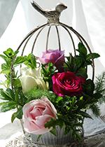 春のバラとフレッシュハーブのバードゲージ